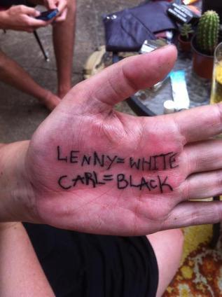 Tatueje-mano-Leny-es-el-blanco-Carl-es-el-negro